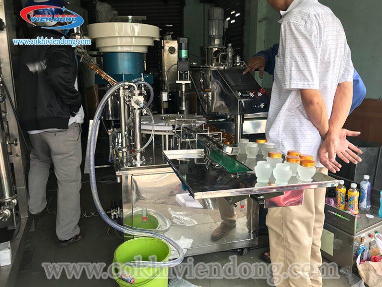 Máy đóng nắp chai nước suối